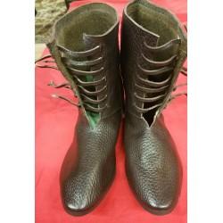 Paire de chaussures XIVème...